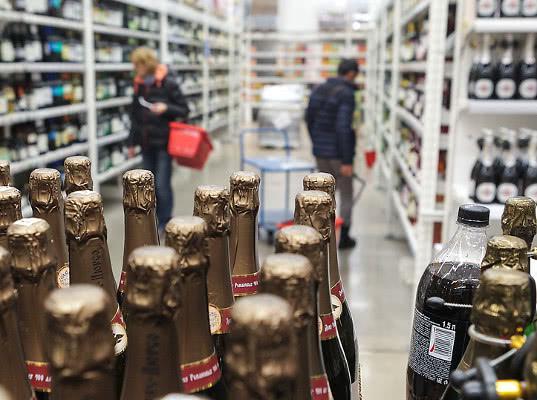 Петербург ждут перебои с поставками алкоголя - Обзор прессы