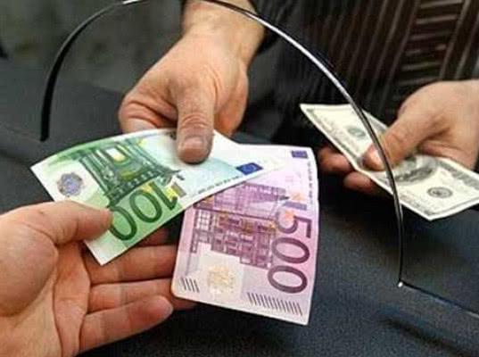 Сбербанк сообщил о покупке россиянами валюты на $20 млн в день - Экономика и общество