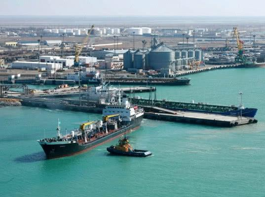 В порту Махачкалы на танкере прогремел взрыв. Несколько человек пропали без вести - Экономика и общество