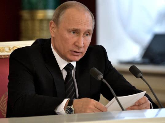 Владимир Путин поручил ввести электронные визы