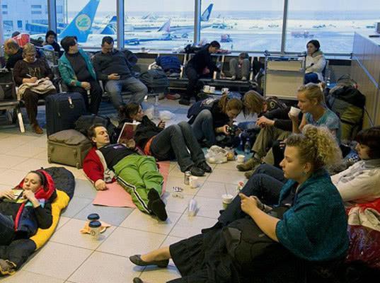 В московских аэропортах разрешили сидеть и лежать на полу