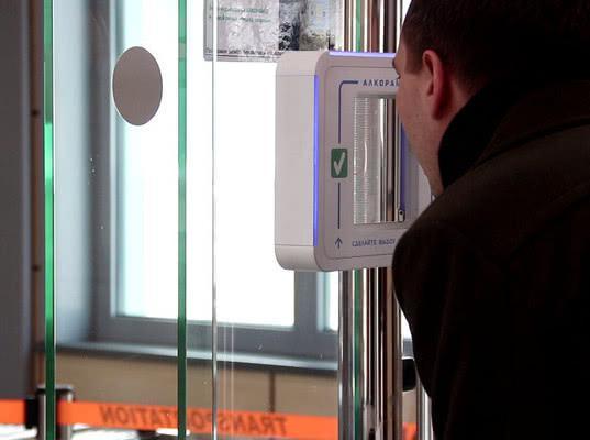 Сотрудников Домодедово проверяют на опьянение лазерными алкотестерами