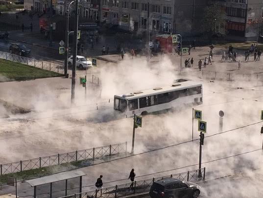 В Петербурге на злополучном перекрестке автобус с людьми провалился в кипяток - Экономика и общество