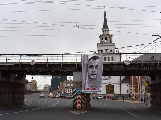 Активисты вывесили трехметровый баннер в поддержку Сенцова у Казанского вокзала в Москве