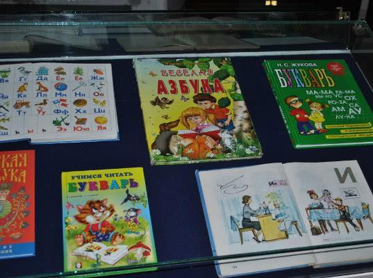 В Калининграде отменили выставку букварей из-за книг со свастикой - Экономика и общество
