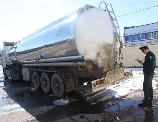 Саратовские таможенники пресекли поставку 29 тысяч литров спирта перевозимого по поддельным документам