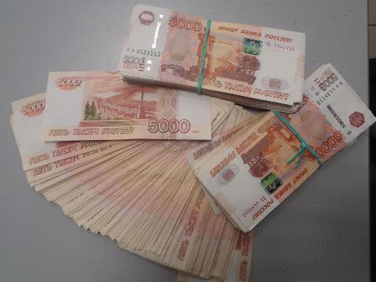 Миллионы на вылет: житель г.Сургута пытался вывезти незадекларированную валюту