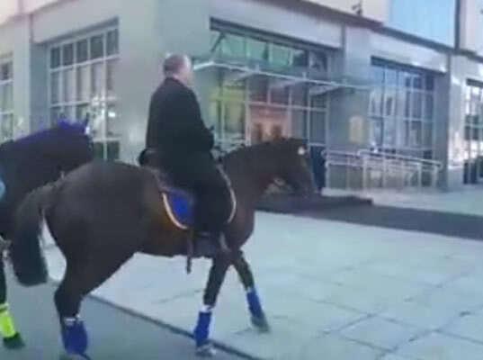На Камчатке депутат прискакал на работу на коне из-за высоких цен на бензин (видео)