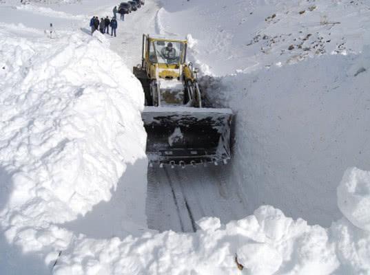 Участок дороги из Грузии в Россию закрыли для крупных грузовиков из-за снегопада