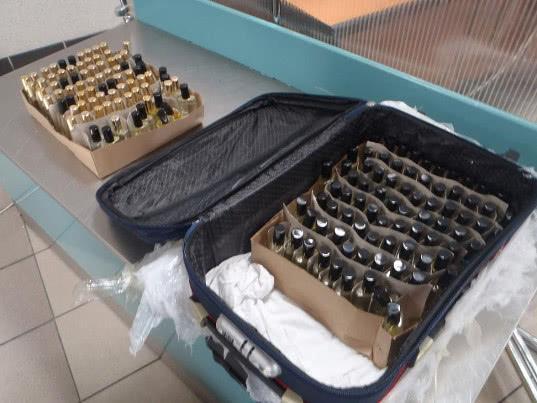 160 флаконов незадекларированных духов известных марок обнаружились в багаже азербайджанца