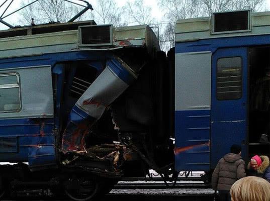 Экскаватор упал на электричку с моста в Москве - Экономика и общество