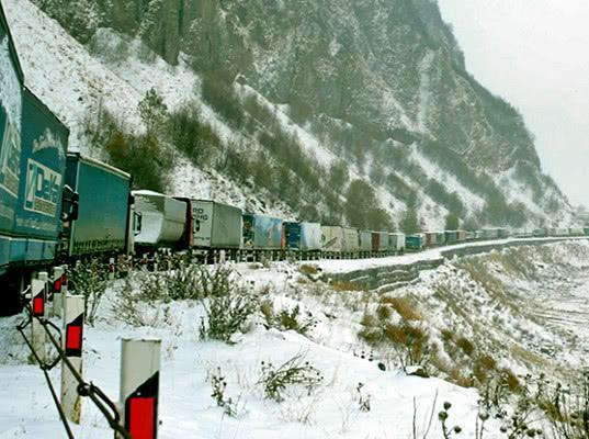 В горах между Россией и Грузией есть лишь одна дорога. Каждую зиму там приходится выживать - Обзор прессы