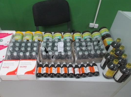 Бутылки, банки, пузырьки и таблетки вез россиянин из Дубая