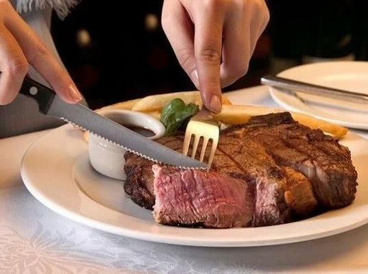 Европейцы потребляют в два раза больше мяса, чем рекомендовано