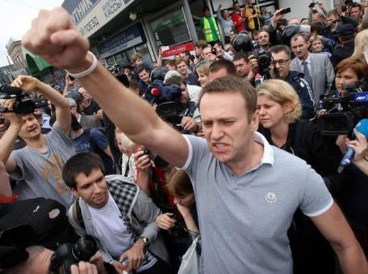 Протесты в России активнее всего организуют КПРФ и Навальный - Экономика и общество