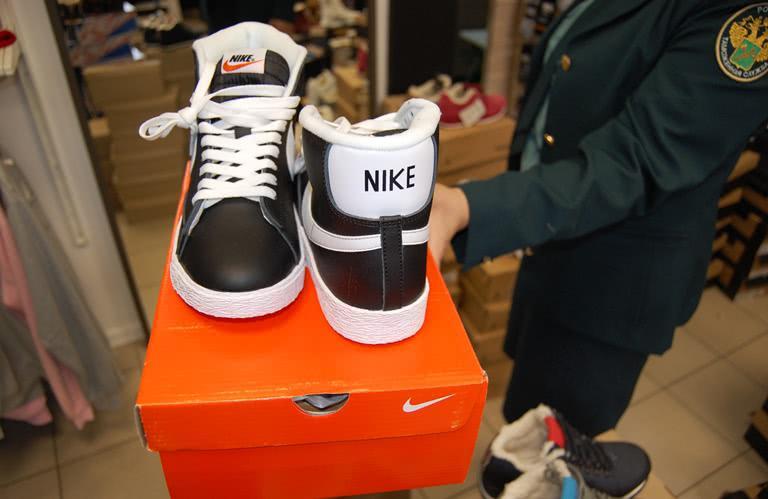 В Уфе таможенники арестовали спортивную обувь известных брендов с признаками контрафакта - Криминал