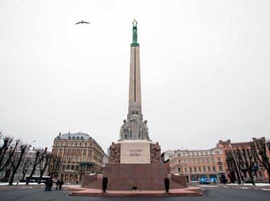 Американских военных оштрафовали за справление нужды на главный монумент Латвии - Экономика и общество