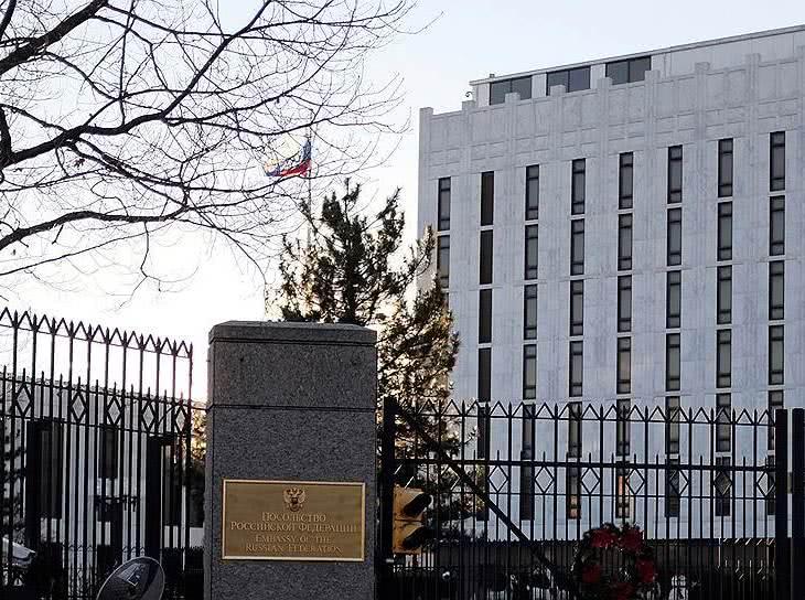 Российских дипломатов собираются прописать на площади Бориса Немцова - Экономика и общество