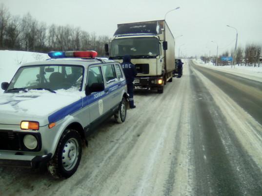 Водитель белорусского грузовика с молдавскими яблоками устроил гонки со смоленскими таможенниками