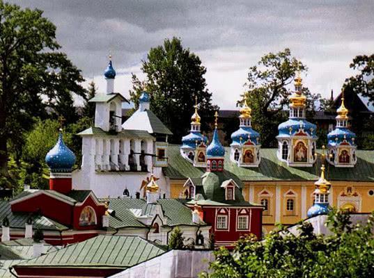 В Псково-Печерском монастыре запретили водить экскурсии всем, кроме сотрудников паломнической службы