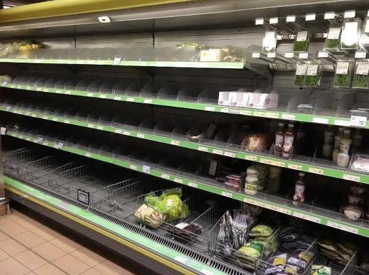 Жители российского поселка пожаловались на пустые полки в магазинах  - Экономика и общество