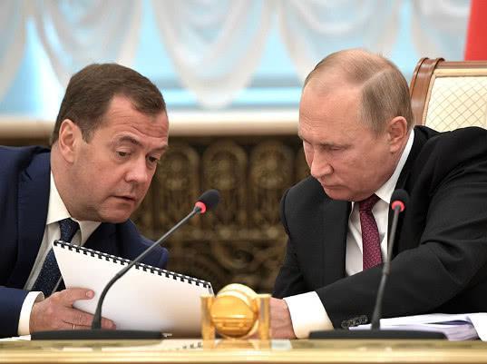 ВЦИОМ и ФОМ зафиксировали снижение рейтингов Путина и Медведева - Экономика и общество