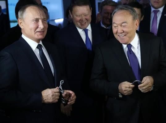 Путину в Казахстане подарили завязанный в узел гвоздь, а Назарбаеву пруток - Экономика и общество