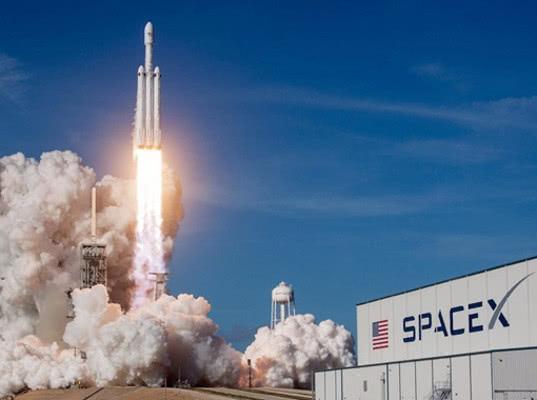 Центральный ускоритель ракеты Falcon Heavy с прахом и спутниками взорвался во время запуска