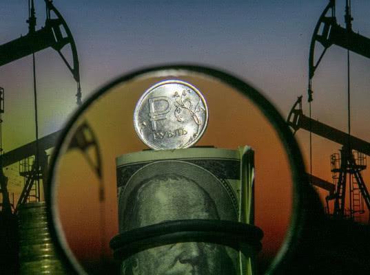 Санкции вдвое ослабили зависимость рубля от цен на нефть - Обзор прессы