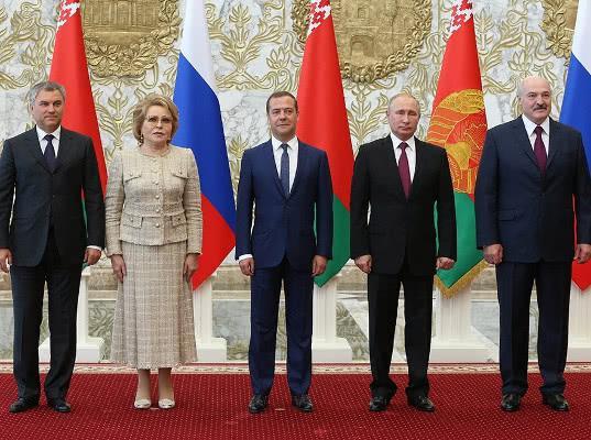Россия осталась без руководства: все уехали в Минск