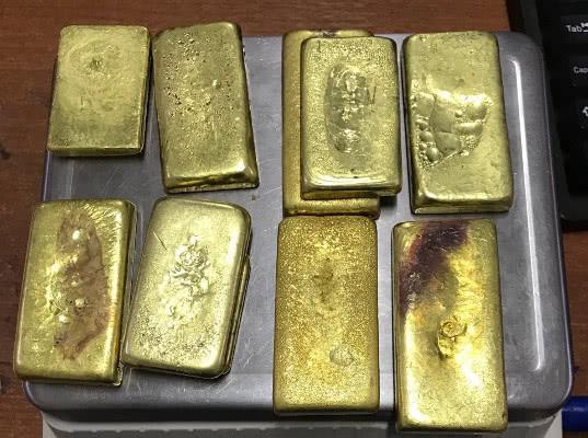 10 золотых слитков обнаружили таможенники в обуви выезжающей в Китай россиянки - Криминал