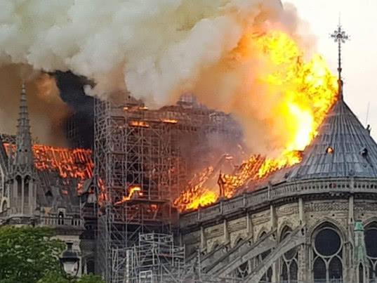 Шпиль собора Парижской Богоматери обрушился из-за пожара - Экономика и общество