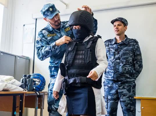 Тюменские таможенники совместно с Молодой Гвардией Единой России провели уроки для школьников