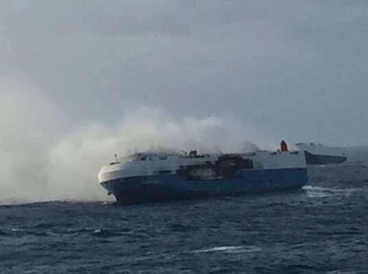По Тихому океану плывет 4000 горящих японских машин - Логистика