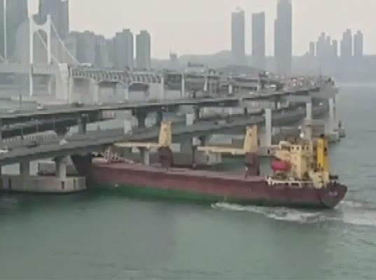 Российское судно с пьяным капитаном врезалось в южнокорейский мост