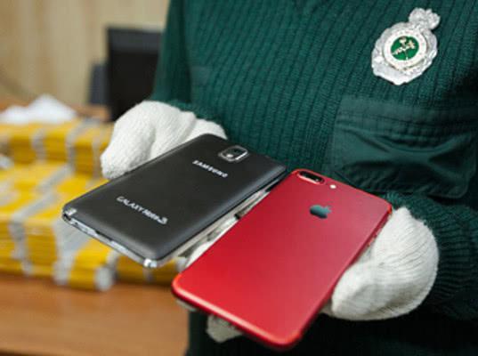 Почти 2000 сотовых телефонов задержали на МАПП Забайкальск Читинской таможни - Криминал