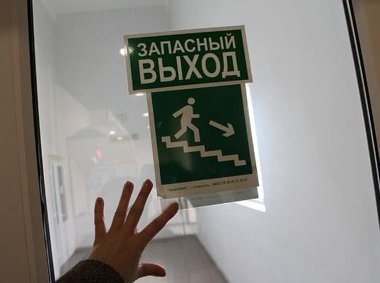 СК: Запасные двери кинозала в Кемерово были стянуты тросом - Экономика и общество