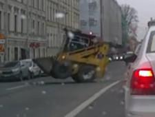Погрузчик у Мариинского театра взбесился от количества мусора во дворах (видео) - Экономика и общество - TKS.RU