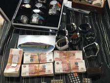При обыске у замглавы ФСИН изъяли четыре млн рублей и коллекцию часов - Экономика и общество - TKS.RU