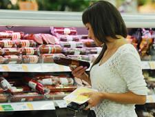 Почти треть жителей России экономят на мясе, сыре и колбасе