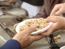 Из-за Чемпионата мира по футболу бездомным перестали раздавать еду у метро - Экономика и общество