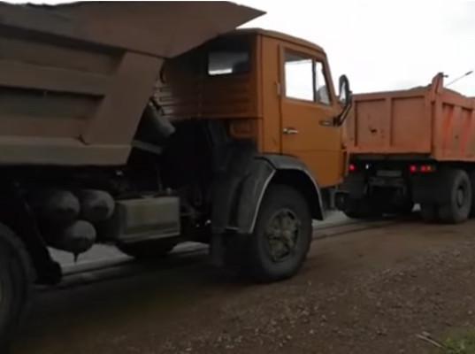 «Вся Чита тонет! А он себе отсыпает». Местные жители не пустили грузовики с грунтом к подтопленному дому главы города