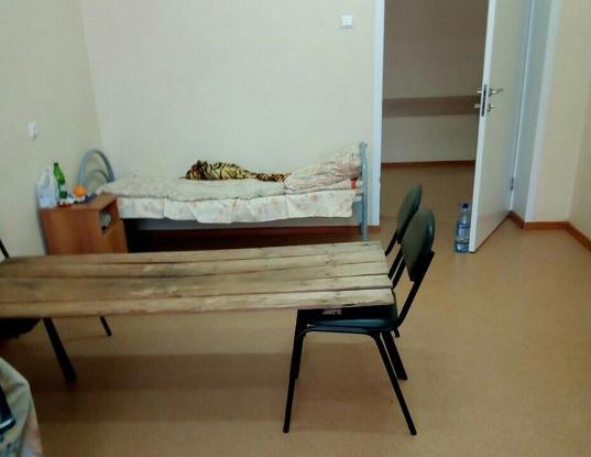 Пациентам пензенской больницы предложили кровати, сделанные из досок и стульев