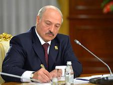 Лукашенко получил первый экземпляр Таможенного кодекса ЕАЭС