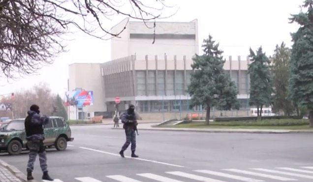 Неизвестные вооруженные люди перекрыли центр Луганска
