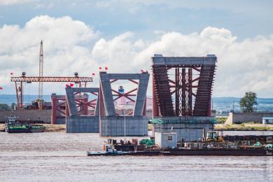 Строители начали второй этап установки пролетов моста через Амур между Россией и Китаем