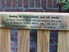 У посольства России в Гааге установили скамейку в память о жертвах крушения малайзийского Boeing - Экономика и общество
