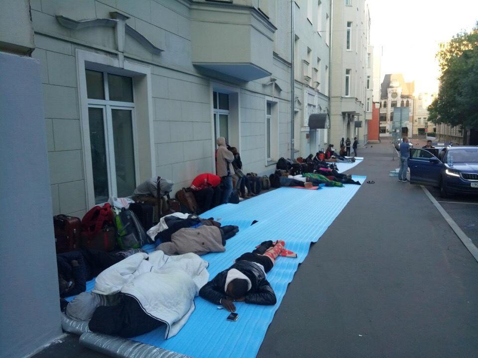 Почти 80 нигерийских болельщиков собрались у посольства в Москве. Они не могут вернуться домой