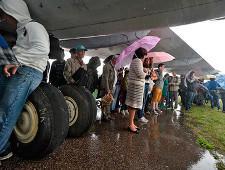 С пассажиров предложили брать деньги за провоз телефонов и зонтов в самолете