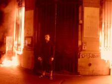 Петр Павленский признан виновным в поджоге Банка Франции. Суд не стал заключать художника под стражу